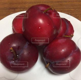 果物をトッピングした白い皿の写真・画像素材[2508586]