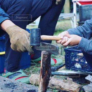 薪割りする親子の写真・画像素材[2509141]