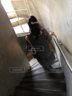 階段を降りる人の写真・画像素材[2510886]