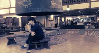 座ってる男性の写真・画像素材[2579953]