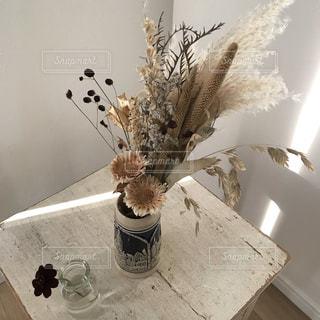 ドライフラワーとアンティーク花瓶の写真・画像素材[2698083]