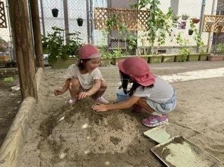 砂場でお友達と遊んでいる女の子の写真・画像素材[3397787]