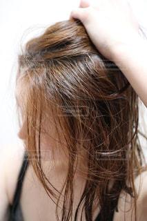 お風呂上がりの濡れた髪の写真・画像素材[2574289]