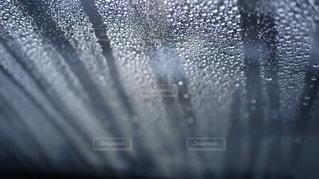 フロントガラスを流れる雨粒の写真・画像素材[2593209]
