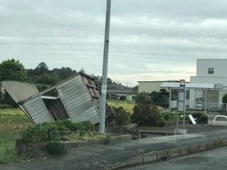 台風でひっくり返ったバス停の写真・画像素材[2648236]