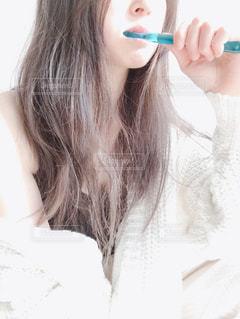 歯を磨く女性の写真・画像素材[2703219]