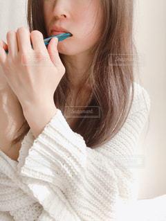 歯ブラシを口にくわえて歯を磨く女性の写真・画像素材[2703224]