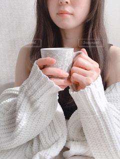 カップを持つ女性の写真・画像素材[2703252]