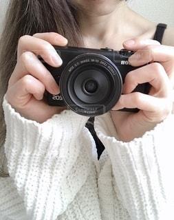 カメラを持っている人の写真・画像素材[2742266]