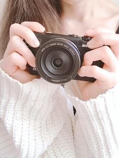 カメラを持つ手の写真・画像素材[2742293]