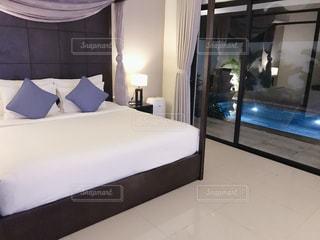 部屋に大きなベッド付きのベッドルームの写真・画像素材[2842653]