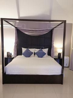 ホテルの部屋に大きなベッド付きのベッドルームの写真・画像素材[2842655]