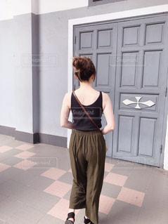 建物の前に立っている人の写真・画像素材[2847995]