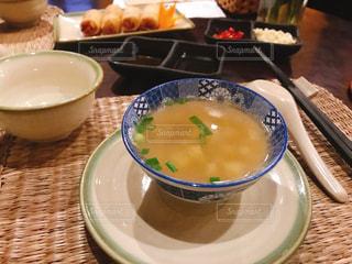 テーブルの上のスープのボウルの写真・画像素材[2848147]