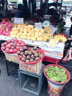 たくさんの新鮮な食材でいっぱいの店の写真・画像素材[2848154]