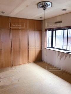 木製の床のある台所の写真・画像素材[3610995]