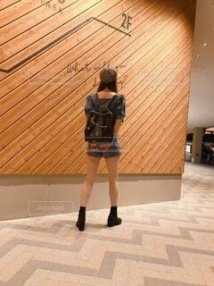 建物の前に立っている人の写真・画像素材[3685361]