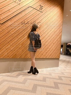 建物の前に立っている人の写真・画像素材[3685360]