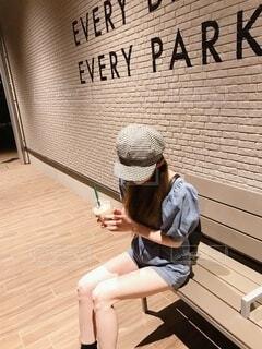 ベンチに座っている人の写真・画像素材[3685412]
