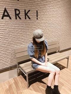 建物の前のベンチに座っている人の写真・画像素材[3685413]
