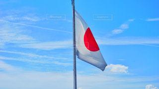 澄んだ青空を飛ぶ旗 日本国旗の写真・画像素材[2929016]