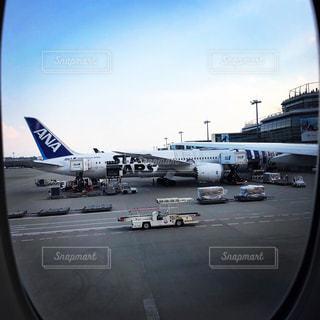 空港の駐機場に座っている飛行機の写真・画像素材[2516053]