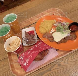 テーブルの上の食べ物のトレイの写真・画像素材[2700699]