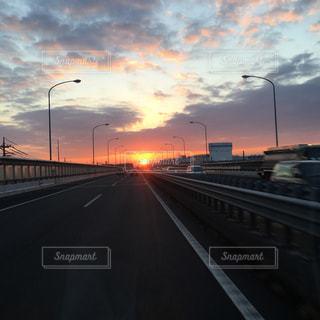 街の通りに沈む夕日の写真・画像素材[2516691]