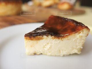 皿の上で半分食べたケーキの写真・画像素材[2523991]