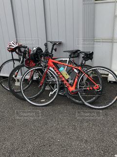 建物の前に駐車した自転車の写真・画像素材[2525269]