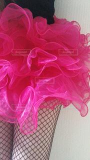 ピンクの花で満たされたバスケットの写真・画像素材[2542184]