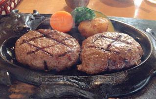 テーブルの上の食べ物の写真・画像素材[2553903]