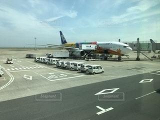 空港の駐機場に駐車している飛行機の写真・画像素材[2518900]