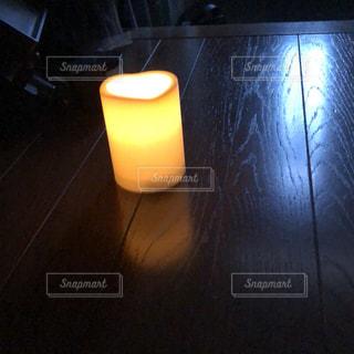 床とキャンドルの写真・画像素材[2544671]