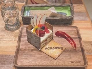 テーブルの上にケーキを置く木製のまな板の写真・画像素材[2517869]