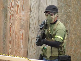 銃を持った男の写真・画像素材[2536397]