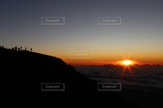 水の体の上の夕日の写真・画像素材[2537826]