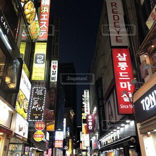 夜の店頭の写真・画像素材[2527566]
