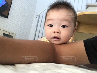 ベッドに横たわる赤ん坊の写真・画像素材[2544131]