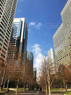 都会の高い建物と青い空の写真・画像素材[2527402]