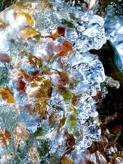 凍てついた沢の飛沫の写真・画像素材[2581979]
