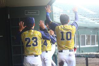 野球選手のグループが野球場の上に立っているの写真・画像素材[2545047]