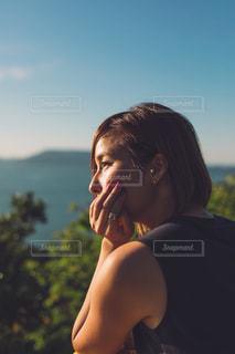 携帯電話で話している女性の写真・画像素材[2522200]