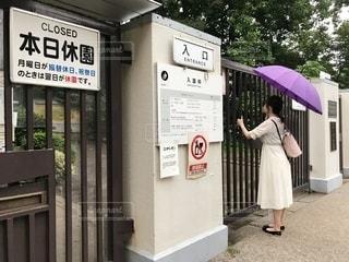 建物の前に立っている人の写真・画像素材[2537195]
