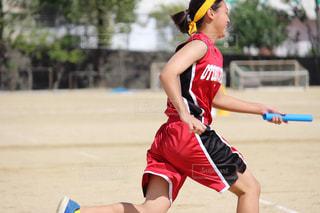 フットボールボールを持つ若い女の子の写真・画像素材[2526584]