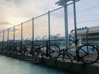 自転車がフェンスの近くに駐車されているの写真・画像素材[2548363]