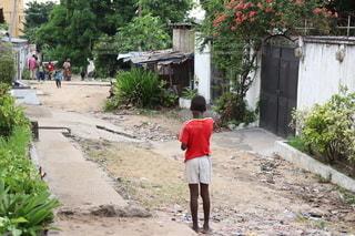 泥道を歩いている男の写真・画像素材[2540678]