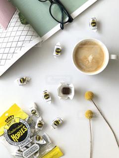 雑誌とコーヒーの写真・画像素材[2673873]