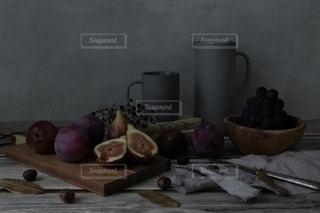 テーブルの上に果物を置いた木製のまな板の写真・画像素材[2696076]