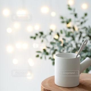 テーブルの上のカップの写真・画像素材[2696225]